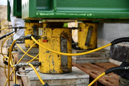 Jede der Hydraulikstützen kann 145 Tonnen heben