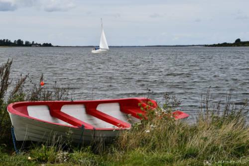 Dänemark im September - ein Schiff und ein Boot im Fjord