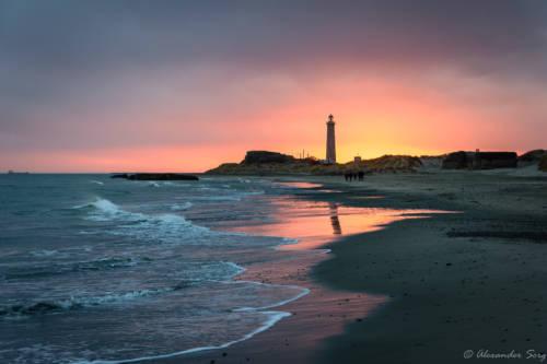 Der graue Leuchtturm am Abend