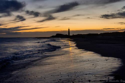 Der graue Leuchtturm nach Sonnenuntergang